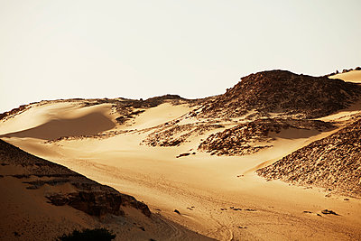 Scenic view of sand dunes at Aswan against clear sky - p1166m968358f by Cavan Images