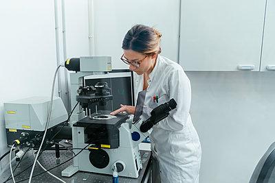 Laboratory technician working in modern lab - p300m1416480 by Zeljko Dangubic