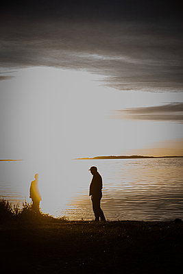Two people in the sunset - p310m2253441 by Astrid Doerenbruch