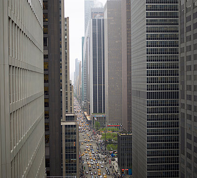 Elevated view of rush hour between skyscrapers - p429m896064 by Tim Hall