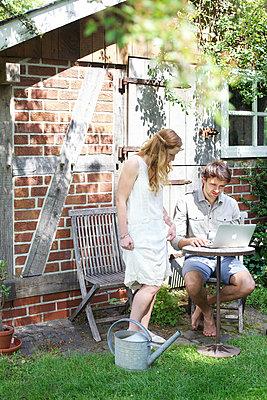 Mann mit Laptop im Garten - p606m933986 von Iris Friedrich