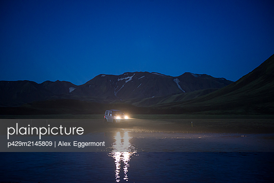 Off road vehicle in desert at night, Landmannalaugar, Highlands, Iceland - p429m2145809 by Alex Eggermont