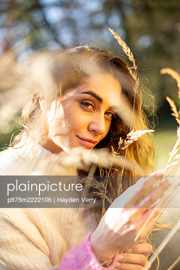 Portrait of young woman in the countryside - p975m2222106 by Hayden Verry