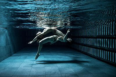 Acrobatics under water - p1139m2173413 by Julien Benhamou