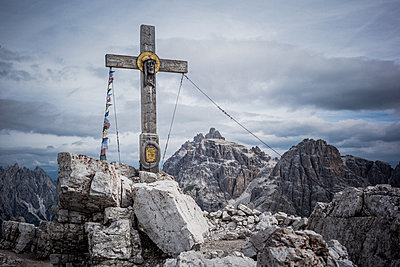Summit cross in the Dolomites - p741m2077005 by Christof Mattes