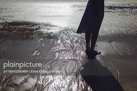 Backlit legs on the beach - p1150m2260469 by Elise Ortiou Campion