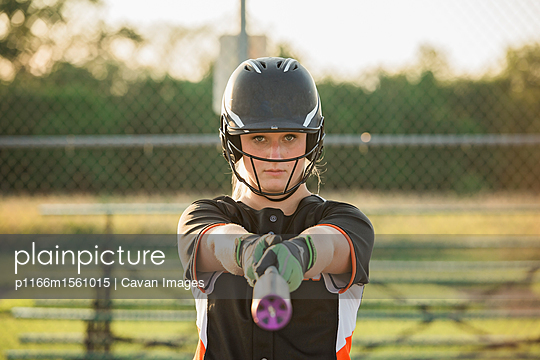 plainpicture - plainpicture p1166m1561015 - Portrait of softball player... - plainpicture/Cavan Images