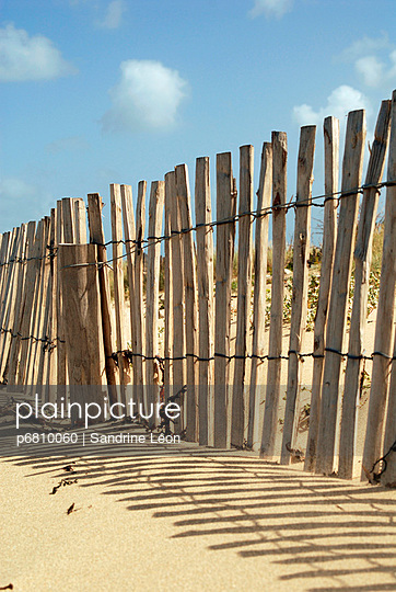 Wooden fence around the dunes - p6810060 by Sandrine Léon