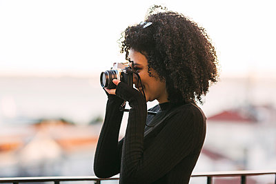 Young woman taking photograph - p1427m2084969 by Alexandra C. Ribeiro