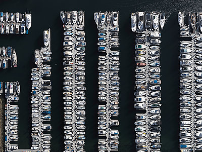 Aerial view boats moored in sunny harbor, Los Angeles, California, USA - p301m2017468 by Stephan Zirwes