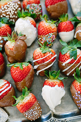 Strawberries with chocolate - p312m2050025 by Linda-Pauline Arousell