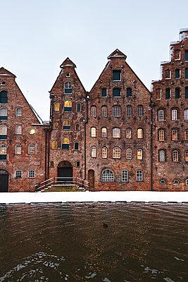 Mittelalterliche Häuser im Schnee - p1396m1564106 von Hartmann + Beese