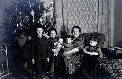 Grandmother and grandchildren on Christmas Eve - p1541m2172503 by Ruth Botzenhardt