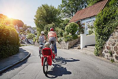 Familie mit eBikes in Hamburg - p300m1355911 von Roger Richter