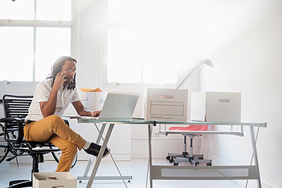 Black businessman working in new office - p555m1312047 by JGI/Tom Grill