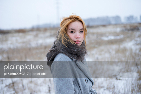 Russia, Young woman in winter clothes in snowy landscape - p1646m2230217 by Slava Chistyakov