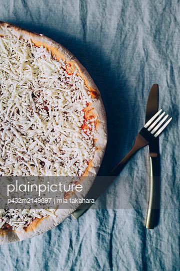 Gefrorene Pizza Margherita - p432m2149897 von mia takahara