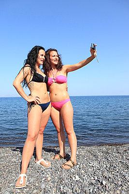 Junge Frauen am Strand - p0452358 von Jasmin Sander