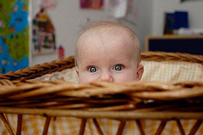 Baby sitzt im Stubenwagen - p1100386 von B.O.A.