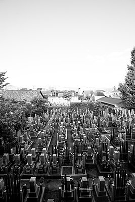 Blick auf japanischen Friedhof in Schwarz-Weiß - p1180m1169403 von chillagano
