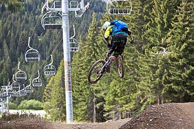 Freeride Mountainbiker im Sprung, Chatel, Haute-Savoie, Frankreich - p1316m1160573 von Christoph Jorda