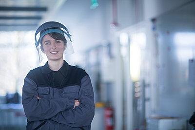 Portrait of female technician wearing safety helmet - p300m2156645 by Sigrid Gombert