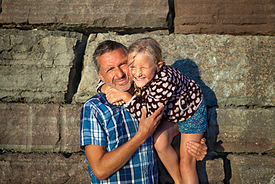 Outdoor portrait of father and daughter - p312m695557 by Ulf Huett Nilsson