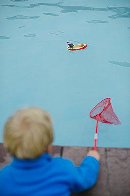 Kleiner Junge und ein Spielzeugboot - p819m1066367 von Kniel Mess