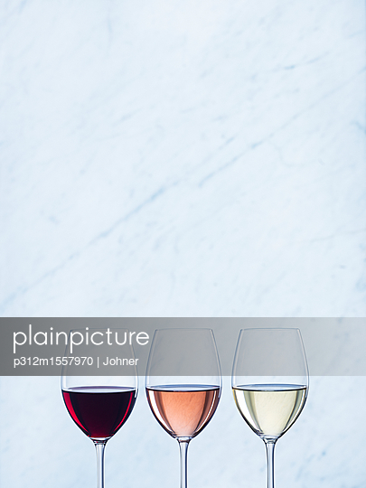 plainpicture | Photo library for authentic images - plainpicture p312m1557970 - Three wine glasses - plainpicture/Johner