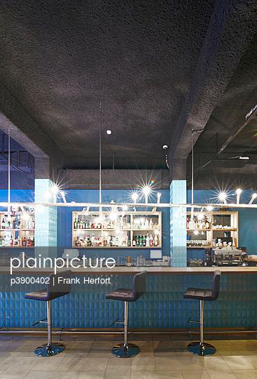 Leere Bar - p3900402 von Frank Herfort