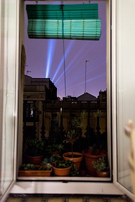 Lasershow bei Nacht über Barcelona - p1301m1195907 von Delia Baum