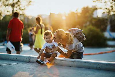 Happy mother with her little son on a square at sunset - p300m2059973 by Nasos Zovoilis