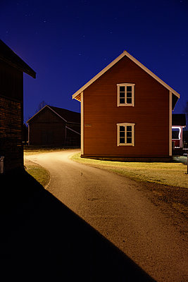 Sweden, Dalarna, Solleron, Empty road between houses at night - p352m1142136 by Gustaf Emanuelsson