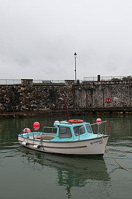 Kleiner Hafen in Ballygalley - p470m1134347 von Ingrid Michel
