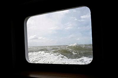 Rough sea - p819m893485 by Kniel Mess