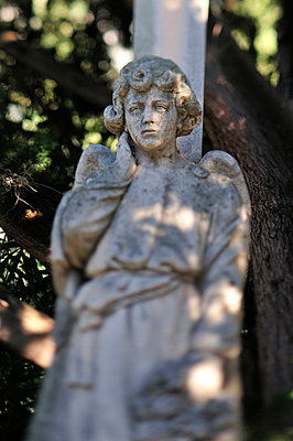 Statue on a graveyard in Spain - p8850137 by Oliver Brenneisen