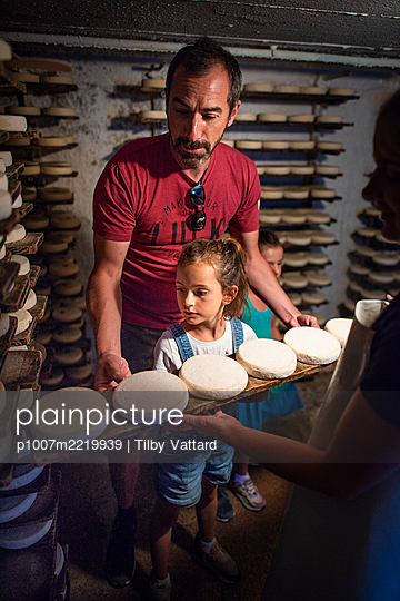 France, Father and daughters visit a cheese factory - p1007m2219939 by Tilby Vattard