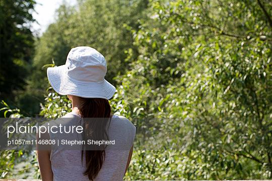 Frau im Garten - p1057m1146808 von Stephen Shepherd