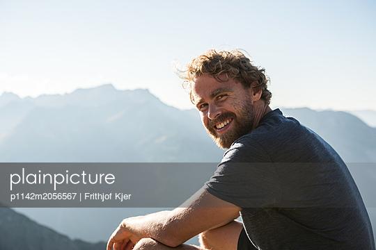 Portrait eines jungen Mannes in den Bergen  - p1142m2056567 von Runar Lind