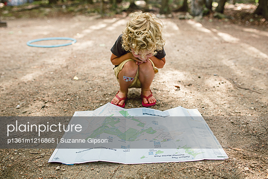Kleiner Junge mit Landkarte - p1361m1216865 von Suzanne Gipson