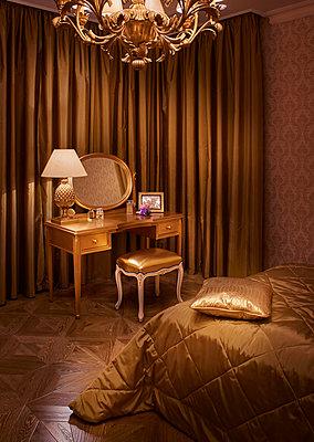 Luxuriöses goldenes Schlafzimmer - p390m1214581 von Frank Herfort