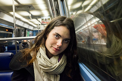 Young woman on Subway - p956m1515681 by Anna Quinn