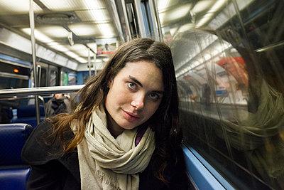 Junge Frau in der U-Bahn - p956m1515681 von Anna Quinn