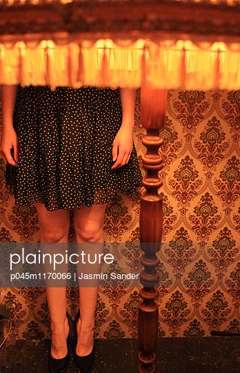 Frauenkörper hinter Stehlampe - p045m1170066 von Jasmin Sander