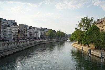River, la Seine, in Paris during the covid-19 crisis - p1610m2181454 by myriam tirler