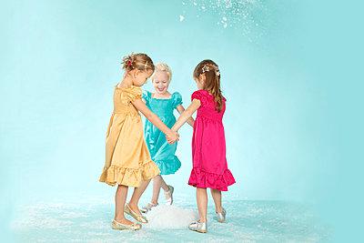 Three toddler in studio - p2490472 by Ute Mans