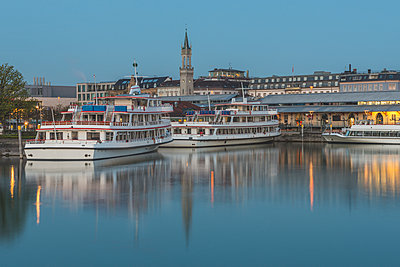 Germany, Constance, tourist boats at the harbor - p300m1459929 by Kerstin Bittner