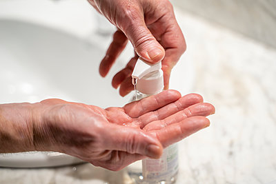 Man washing hands, using sanitizer, close up - p300m2169836 by VITTA GALLERY