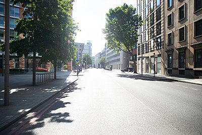 UK, England, London, Empty street in middle of city - p300m2243989 by Pete Muller
