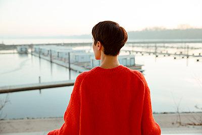 Nachdenkliche junge Frau auf Balkon - p432m1217170 von mia takahara